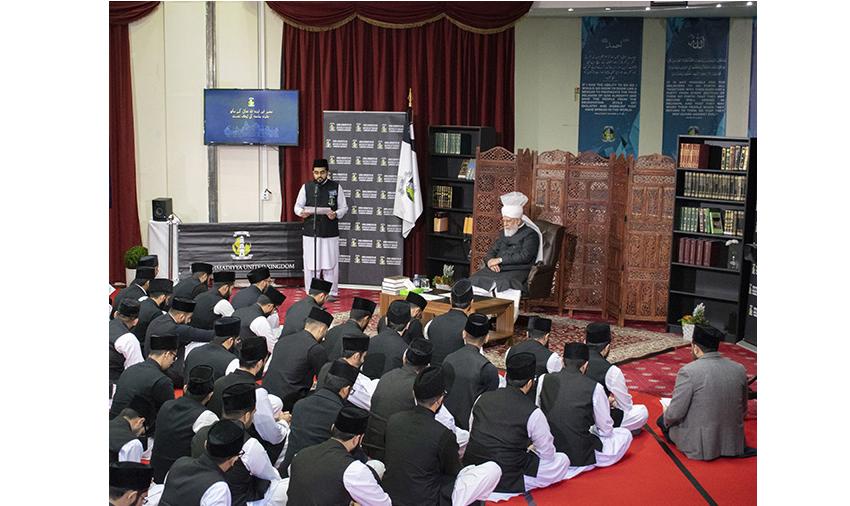 سیدنا حضرت خلیفۃ المسیح الخامس ایدہ اللہ تعالیٰ بنصرہ العزیز کے ساتھ طلباء جامعہ احمدیہ یوکے کی ایک نشست